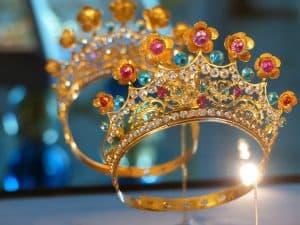 Une couronne d'or sertie de pierres précieuses, une des merveilles, dérobée dans la cathédrale d'Angoulême