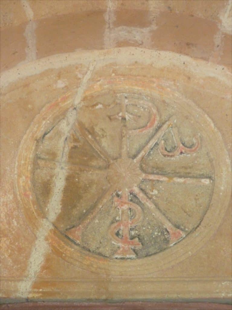 Détail du tympan de l'église de Belhade (Landes)