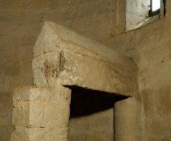 Sarchophage dans le chœur de l'église Saint-Aubin